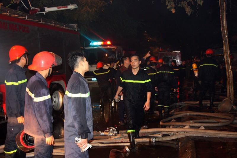 Cháy lớn thiêu rụi hai ngôi nhà trong đêm - ảnh 1