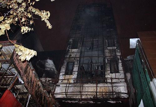 Cháy lớn thiêu rụi hai ngôi nhà trong đêm - ảnh 2