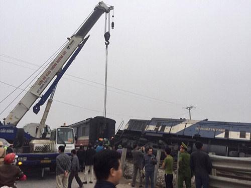 Xe tải chở đá tông tàu hỏa, đầu tàu lật nghiêng - ảnh 2