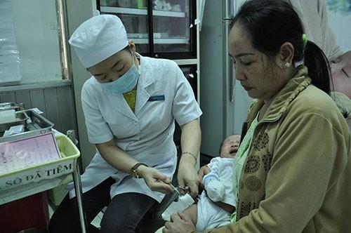 TP.HCM: Cả gia đình đi lấy số tiêm vaccine dịch vụ - ảnh 10