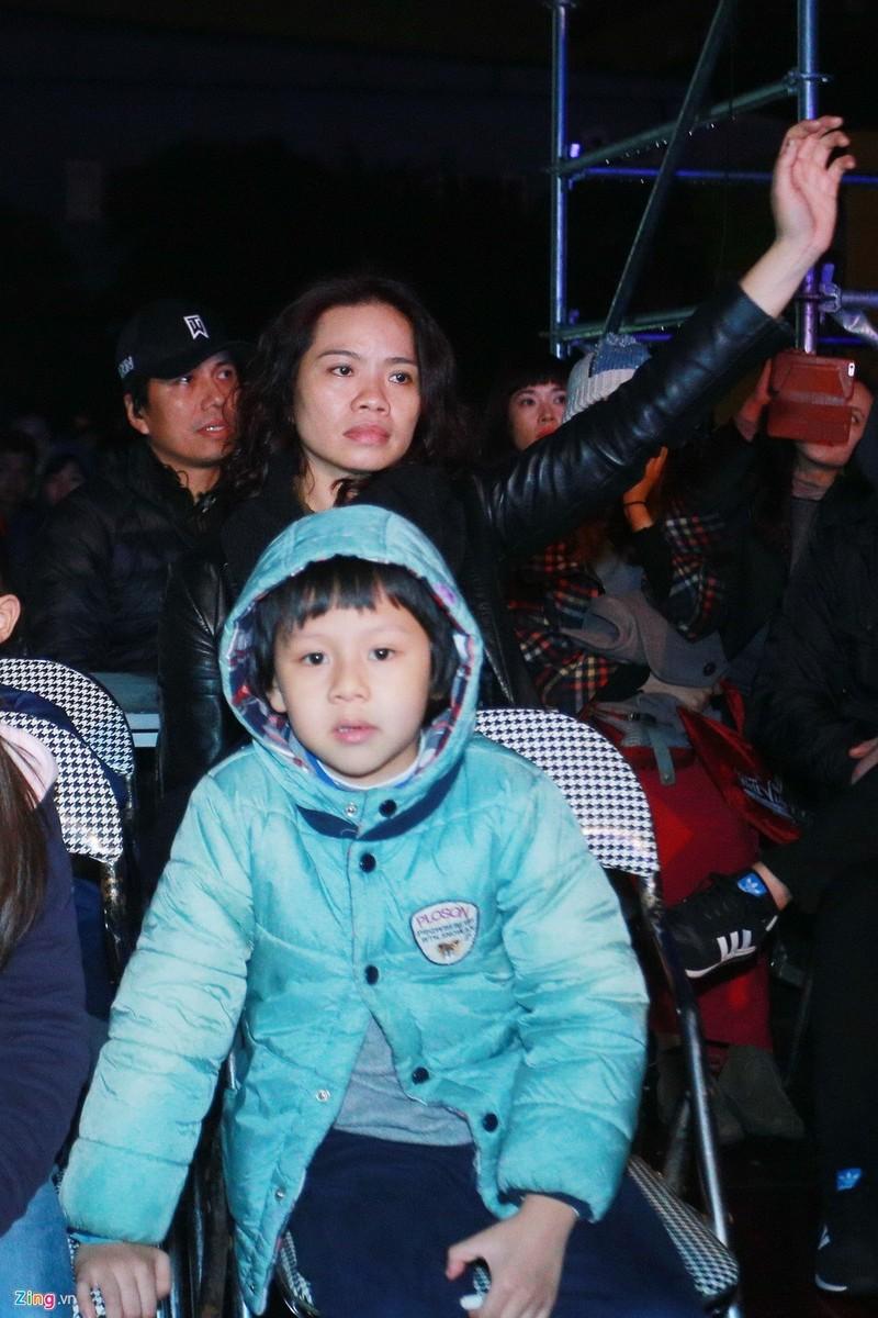 Fan rơi lệ khi Trần Lập mạnh mẽ đứng trên sân khấu