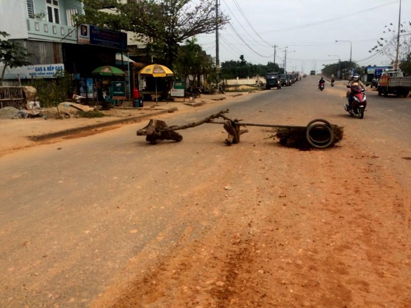 Dân bức xúc chặn đoàn xe chở đất gây bụi ngập trời - ảnh 1