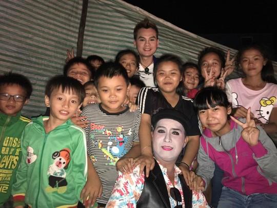 Kim Tiểu Long và đồng nghiệp chụp ảnh với khán giả thiếu nhi
