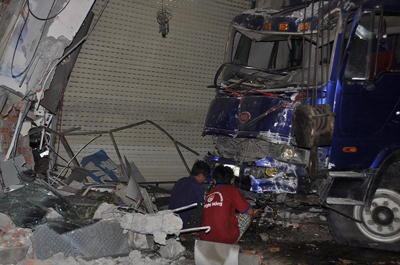 Xe tải mất lái lao vào nhà dân, 3 người bị thương - ảnh 1