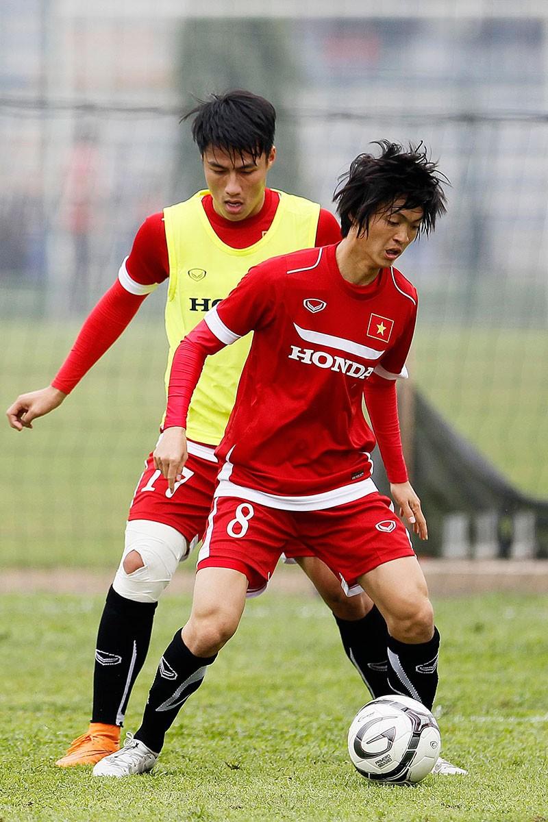 HLV Hữu Thắng chơi bóng cùng học trò - ảnh 13