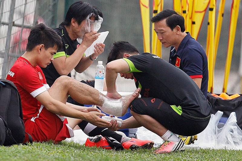 HLV Hữu Thắng chơi bóng cùng học trò - ảnh 15