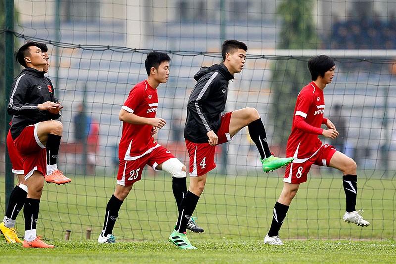 HLV Hữu Thắng chơi bóng cùng học trò - ảnh 3