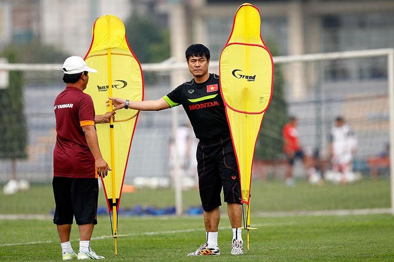 HLV Hữu Thắng chơi bóng cùng học trò - ảnh 4