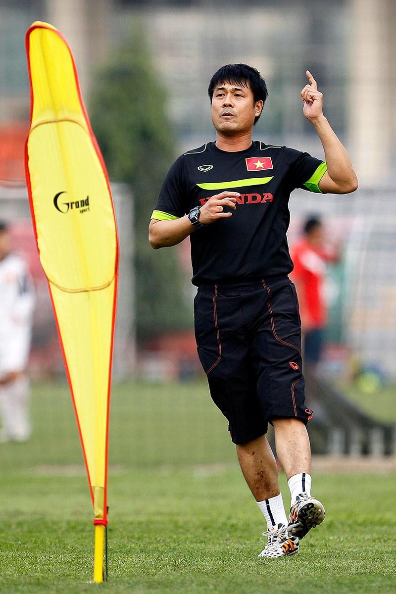 HLV Hữu Thắng chơi bóng cùng học trò - ảnh 6