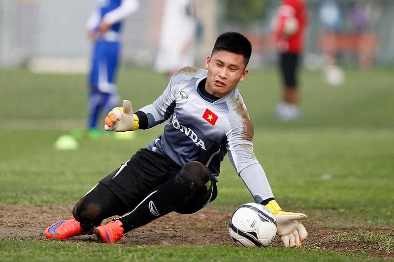 HLV Hữu Thắng chơi bóng cùng học trò - ảnh 8