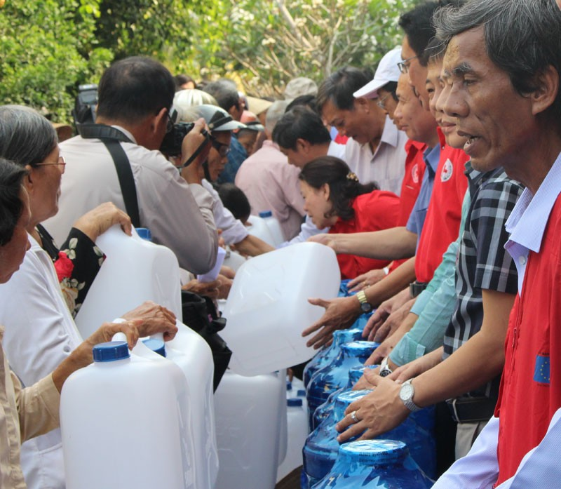 Hội Chữ thập đỏ cứu trợ nước uống cho người dân Bến Tre - ảnh 3