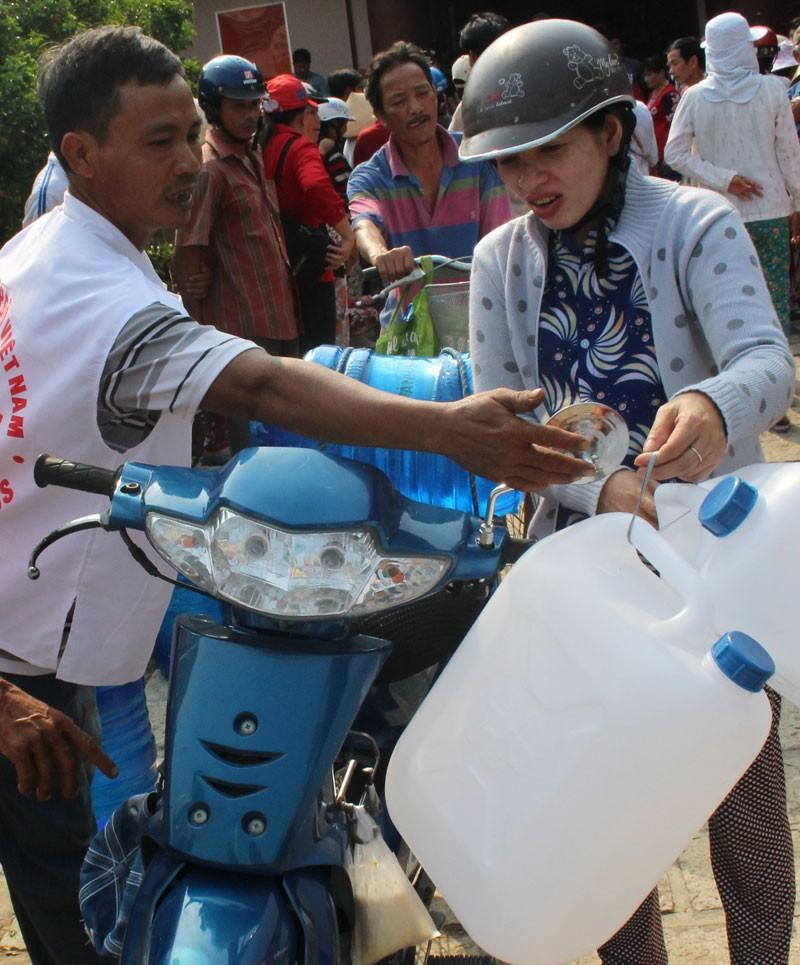 Hội Chữ thập đỏ cứu trợ nước uống cho người dân Bến Tre - ảnh 2