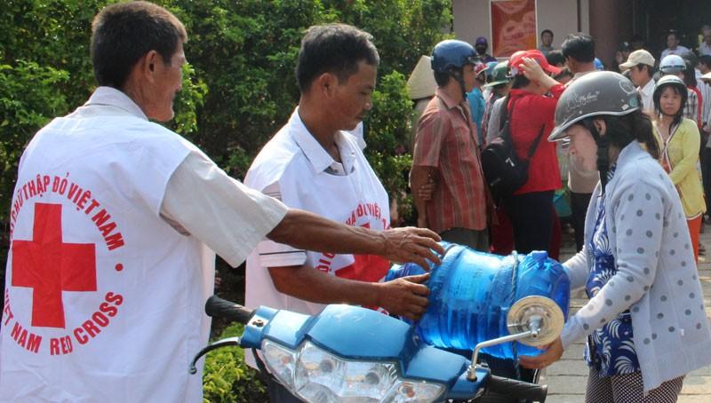 Hội Chữ thập đỏ cứu trợ nước uống cho người dân Bến Tre - ảnh 1