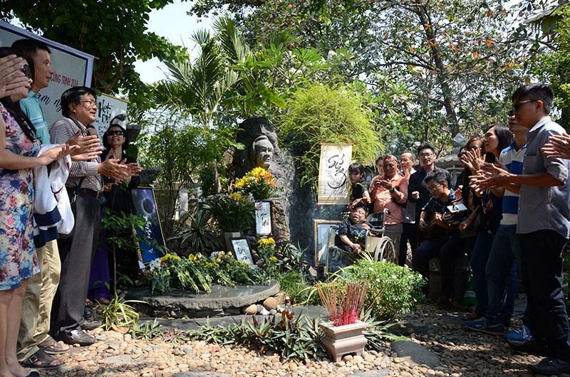 Hàng trăm người viếng thăm mộ Trịnh Công Sơn  - ảnh 11