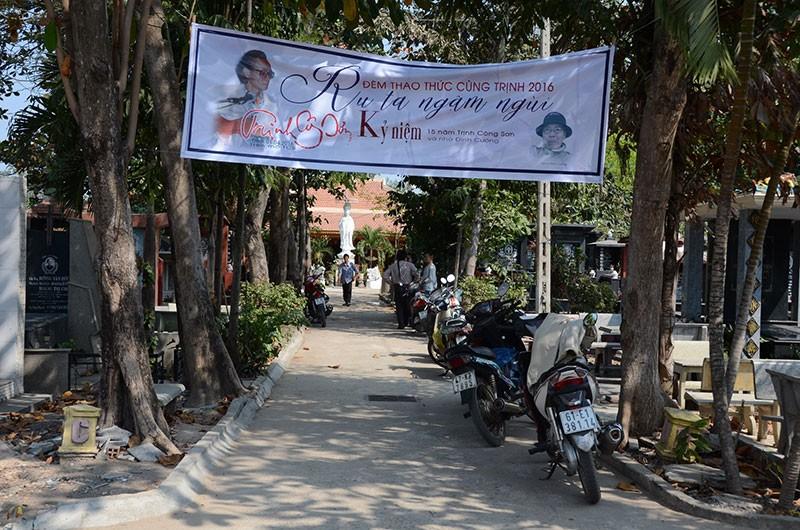 Hàng trăm người viếng thăm mộ Trịnh Công Sơn  - ảnh 1
