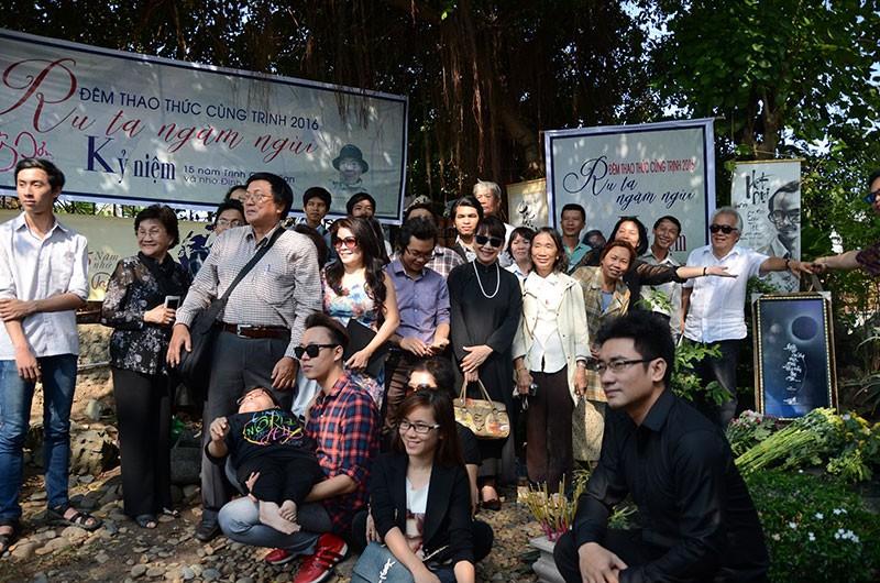 Hàng trăm người viếng thăm mộ Trịnh Công Sơn  - ảnh 2