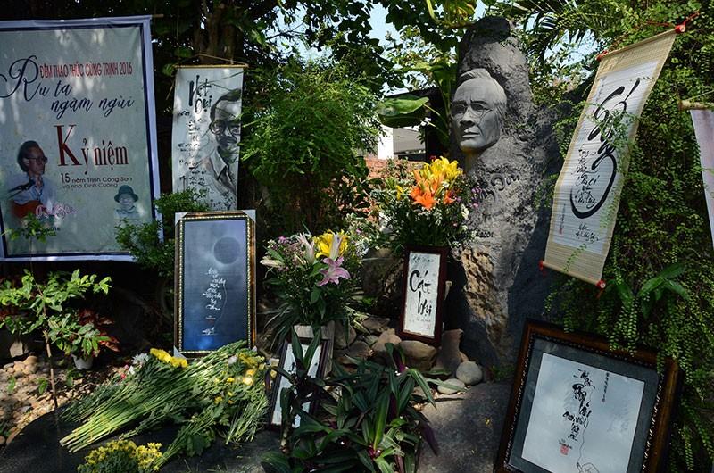 Hàng trăm người viếng thăm mộ Trịnh Công Sơn  - ảnh 6