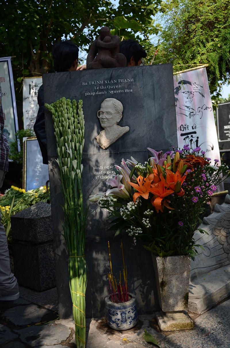 Hàng trăm người viếng thăm mộ Trịnh Công Sơn  - ảnh 7