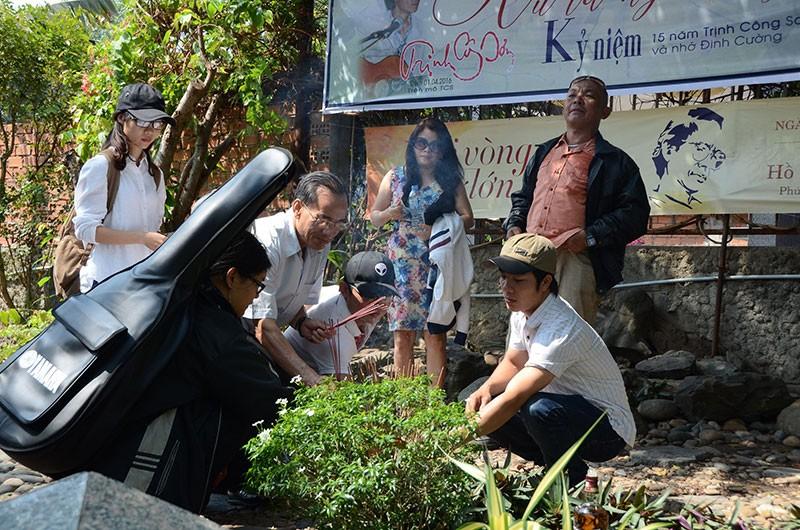 Hàng trăm người viếng thăm mộ Trịnh Công Sơn  - ảnh 8