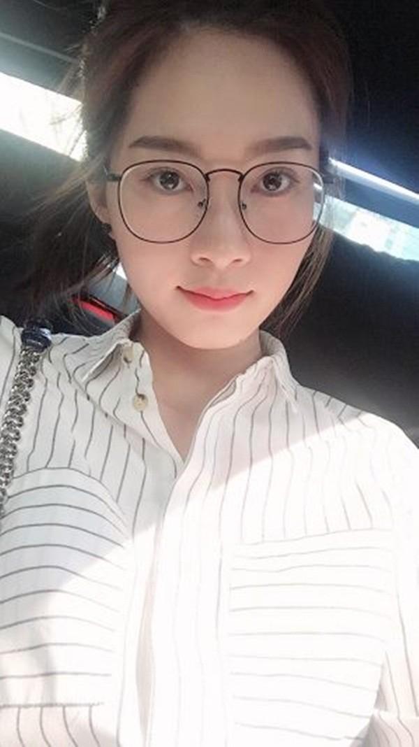 """Với cặp kính mắt này, hoa hậu Đặng Thu Thảo vô cùng xì tin, đáng yêu. Ngay khi cô vừa đăng ảnh, có người đã bình luận: """"Trời! Đi học lẹ lên, trốn học hả? Mới có lớp 8 mà đã lười rồi. Ha ha 14 tuổi thôi mà""""."""