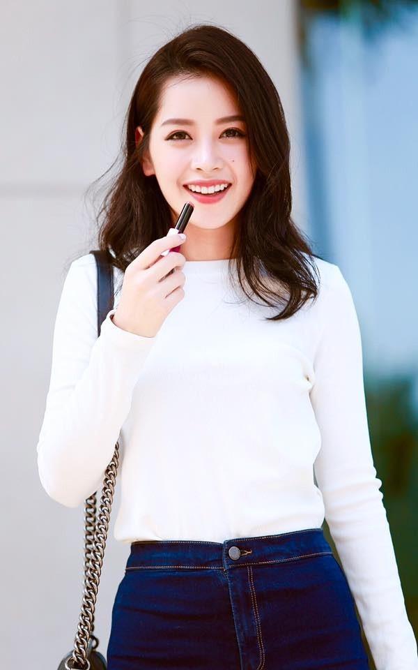 Trang phục đơn giản áo thun trắng kết hợp quần jeans khiến Chi Pu dịu dàng, trong trẻo.