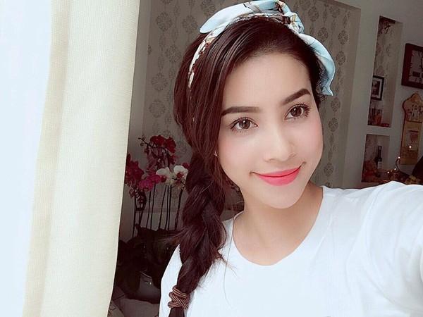Phạm Hương tết tóc dịu dàng, thục nữ.