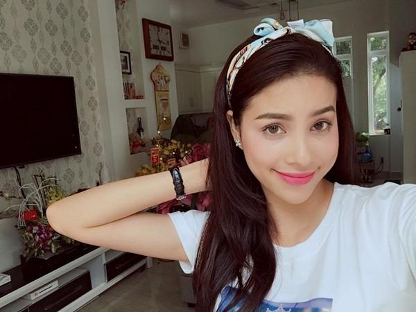 Hoa hậu Phạm Hương điệu đà mím môi, đánh má hồng, môi hồng đào phớt nhẹ.