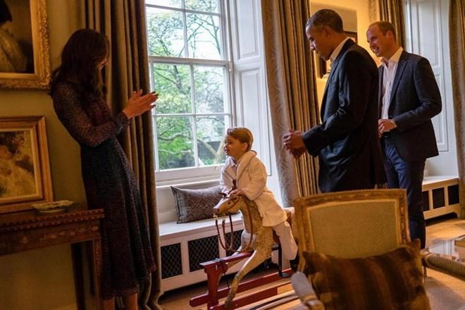 Ngộ nghĩnh hoàng tử bé nước Anh mặc áo ngủ đón Tổng thống Mỹ - ảnh 2