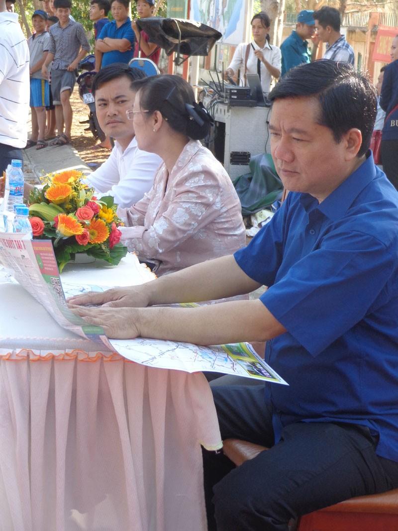 Bí thư Đinh La Thăng vẫy tay mời gọi người dân Cần Giờ đi xe buýt - ảnh 2