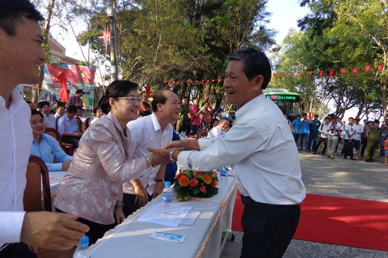 Bí thư Đinh La Thăng vẫy tay mời gọi người dân Cần Giờ đi xe buýt - ảnh 3