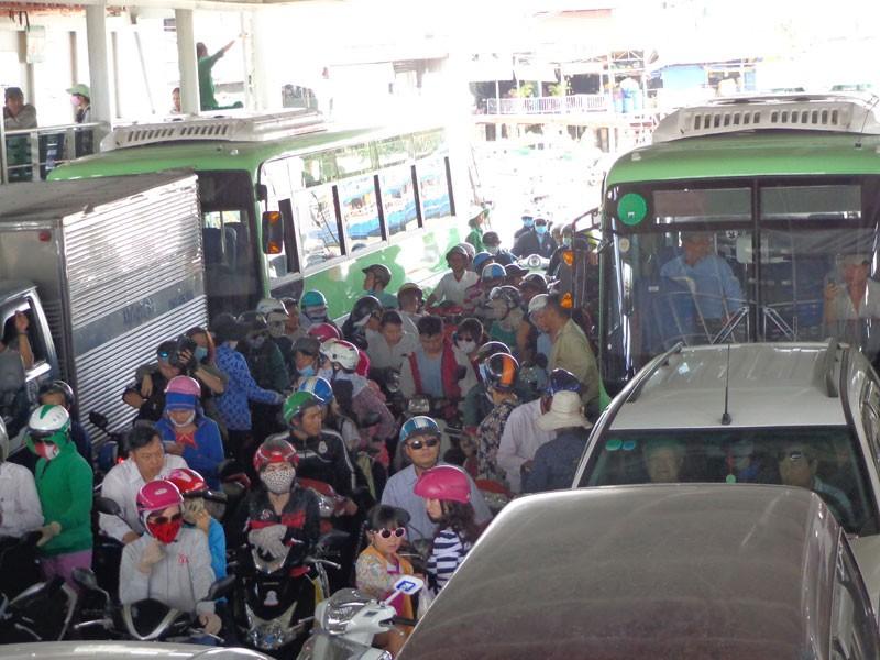 Bí thư Đinh La Thăng vẫy tay mời gọi người dân Cần Giờ đi xe buýt - ảnh 4