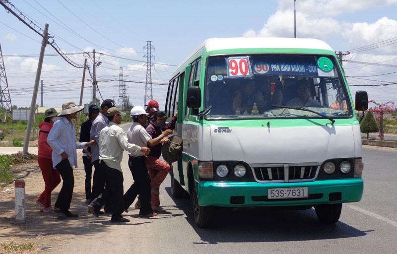Bí thư Đinh La Thăng vẫy tay mời gọi người dân Cần Giờ đi xe buýt - ảnh 8