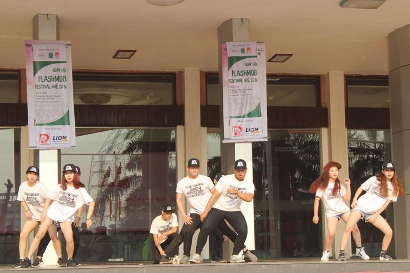 Hơn 1.000 bạn trẻ nhảy Flashmob chào mừng Festival Huế 2016 - ảnh 1
