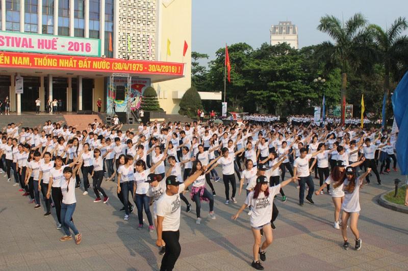 Hơn 1.000 bạn trẻ nhảy Flashmob chào mừng Festival Huế 2016 - ảnh 2