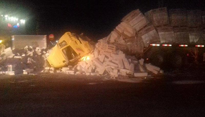 Container chở bê tông lật giữa đường, tài xế và phụ xe bị thương - ảnh 1