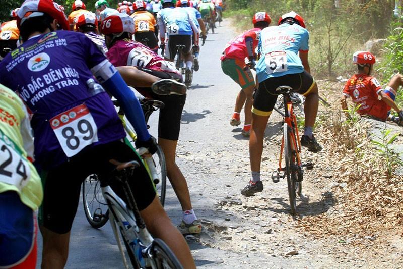 Xe đưa tang cán nát xe đạp vận động viên - ảnh 1