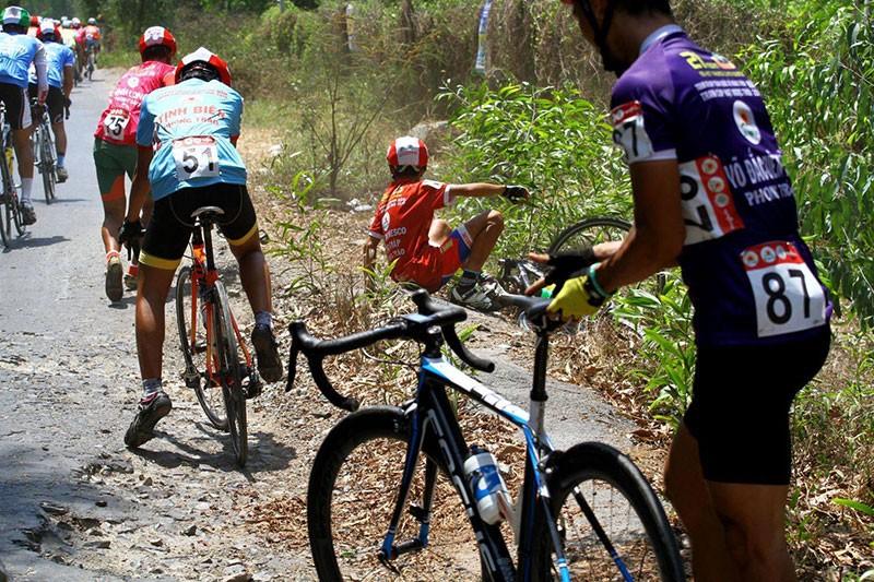 Xe đưa tang cán nát xe đạp vận động viên - ảnh 3