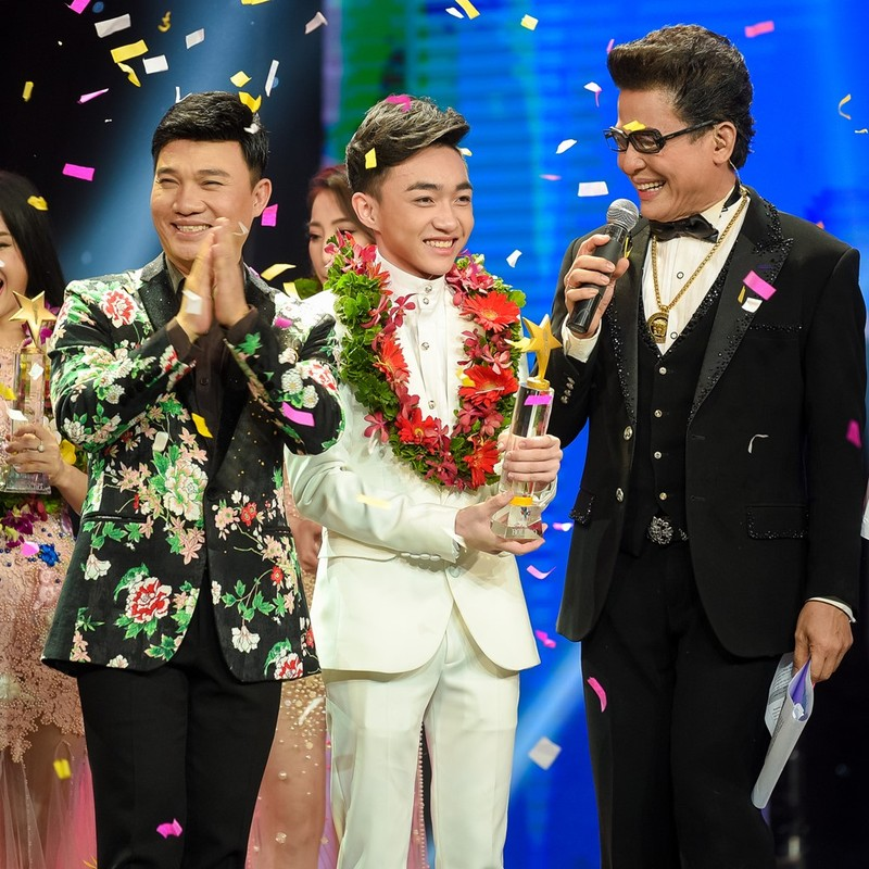 Trung Quang nhan mat khi Dan Truong hon luc dang quang hinh anh 3