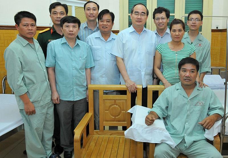Ông Nguyễn Thiện Nhân thăm phi công Nguyễn Hữu Cường - ảnh 2