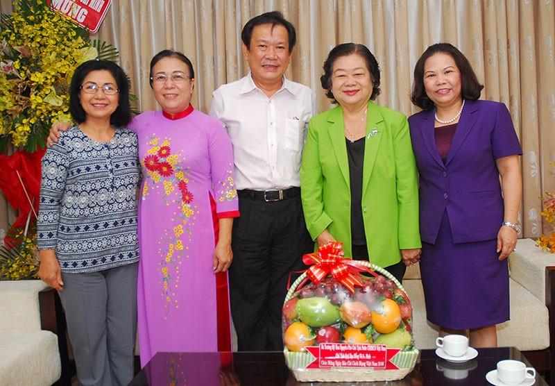Nguyên Phó Chủ tịch nước Trương Mỹ Hoa chúc mừng báo Pháp Luật TP.HCM - ảnh 2