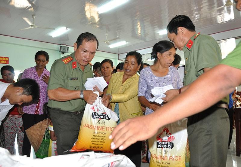 Công an Trà Vinh: Tặng quà cho người nghèo - ảnh 3