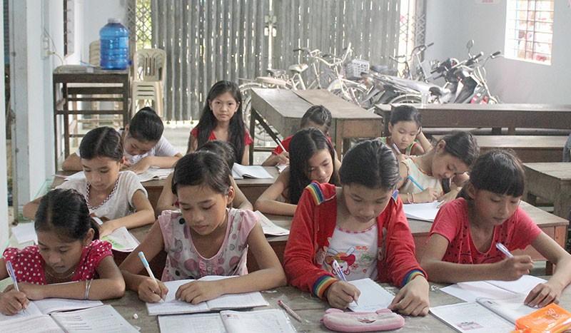 Lớp học hè dành cho trẻ em nghèo ở một ngôi chùa - ảnh 1