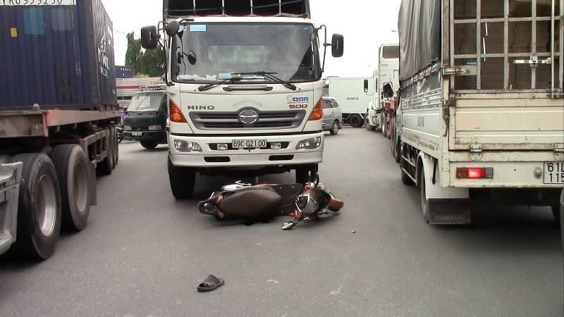2 bà cháu lọt gầm xe tải, thoát chết trong gang tấc - ảnh 2