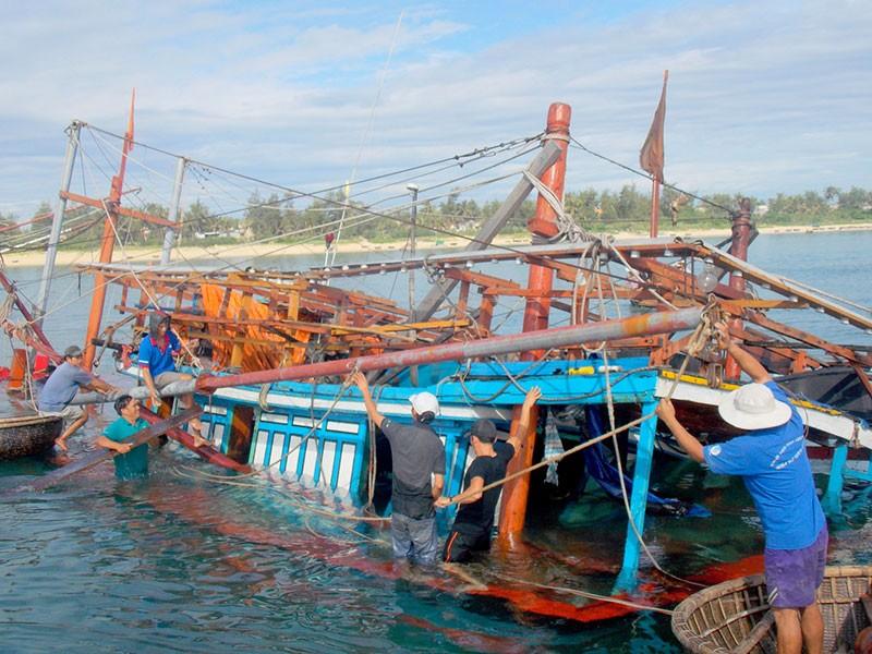 Chìm tàu, ngư dân thiệt hại hơn trăm triệu đồng - ảnh 1