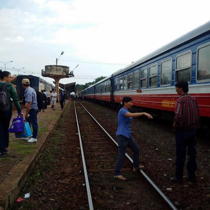 Cháy đầu máy tàu hỏa, đường sắt Bắc-Nam tê liệt nhiều giờ - ảnh 1
