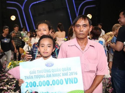Hồ Văn Cường bên cha mẹ sau khi được công bố trở thành quán quân Vietnam Idol Kids mùa đầu tiên
