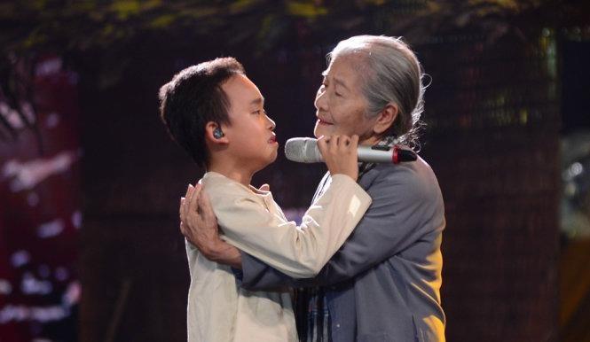 Hồ Văn Cường trình diễn ca khúc Bà Năm với sự trợ giúp của NSƯT Phi Điểu