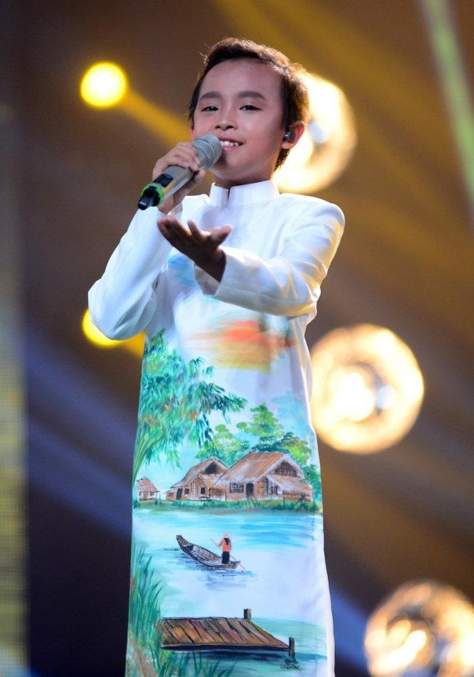 Hồ Văn Cường thể hiện ca khúc Còn thương rau đắng mọc sau hè. Ảnh TTO.