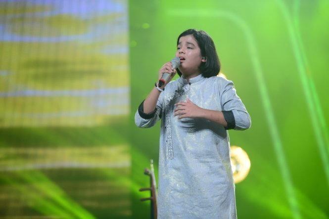 Jayden trình diễn ca khúc Quê hương