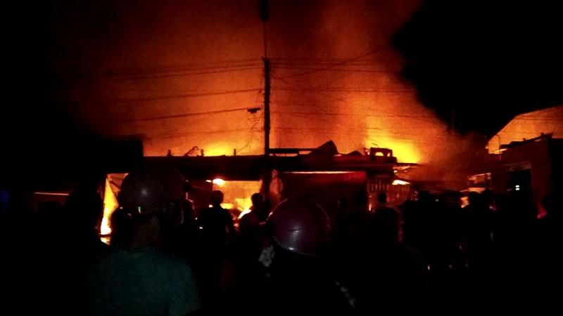 Cháy chợ, thiệt hại hàng chục tỉ đồng - ảnh 1